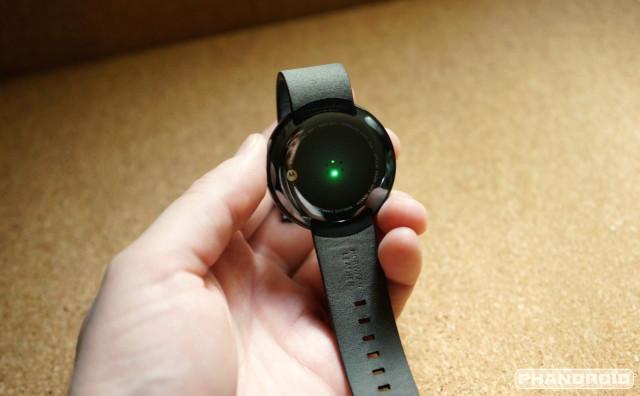 Moto 360 back heart rate sensor DSC06964