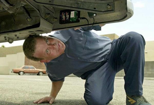 gps-tracker-under-the-car